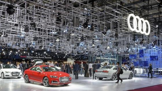 """""""Vorsprung durch Technik"""" warb Audi auf seinem Messestand beim Pariser Autosalon 2016. Jetzt ist rausgekommen, dass die Audi-Ingenieure offenbar ein Software entwickelt haben, die auf dem Prüfstand die CO<custom name=""""sub"""">2</custom>-Werte künstlich nach unten fährt."""