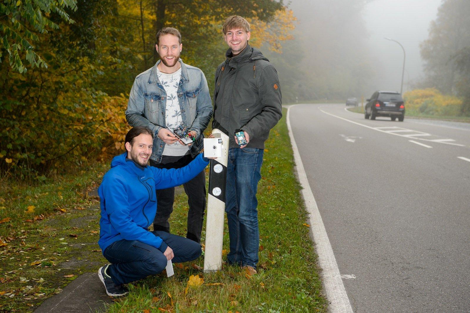 Die Studenten Benjamin Kirsch (kniend), Julian Neu (Mitte) und Daniel Gillo (r.) haben ein solarbetriebenes Sensorsystem entwickelt, das Falschfahrer früh erkennt und Warnungen veranlassen kann.