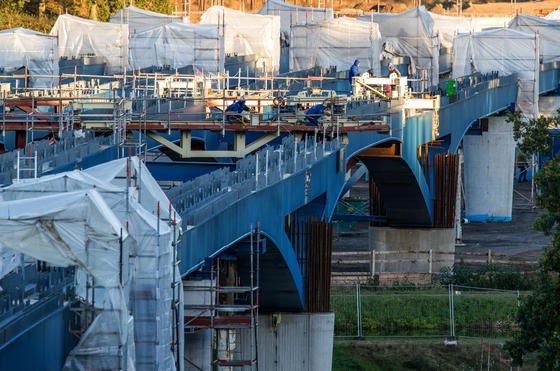 Bau einer Autobahnbrücke in Mecklenburg-Vorpommern: Der öffentlichen Hand fehlen so viele Ingenieure, dass die Sanierung von Straßen und Brücken nicht schnell genug voran kommt. Oft können vorhandene Mittel gar nicht verbaut werden.