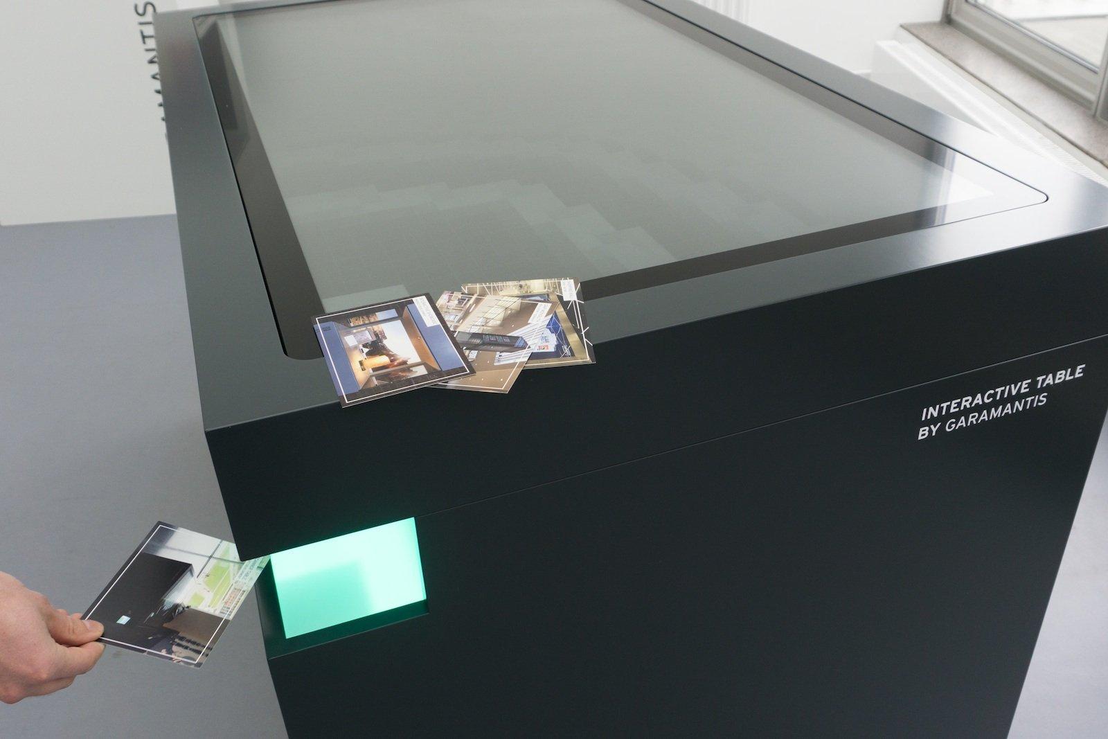 Die LED-beleuchteten Nischen in zwei Ecken sind Scanner-Einheiten.