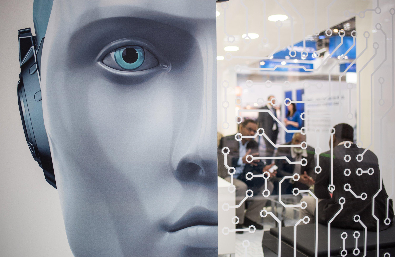 Symbolbild Social Bots: Die Grenzen zwischen digitaler und realer Welt verschwimmen immer mehr. Software-Programme verschaffen sich im Netz eine menschliche Identität und betätigen sich in Sozialen Netzwerken. Und können dabei ihre unwissenden Kommunikationspartner durchaus manipulieren.