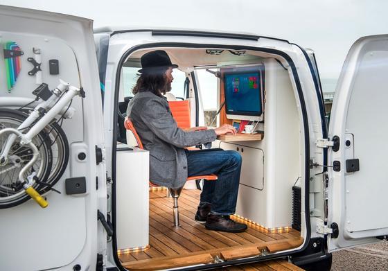 Nissan hat den britischen DesignerWilliam Hardie gebeten, einen Van in ein rollendes Büro umzuwandeln. Das Ergebnis ist ein schmucker, mobiler Arbeitsplatz.