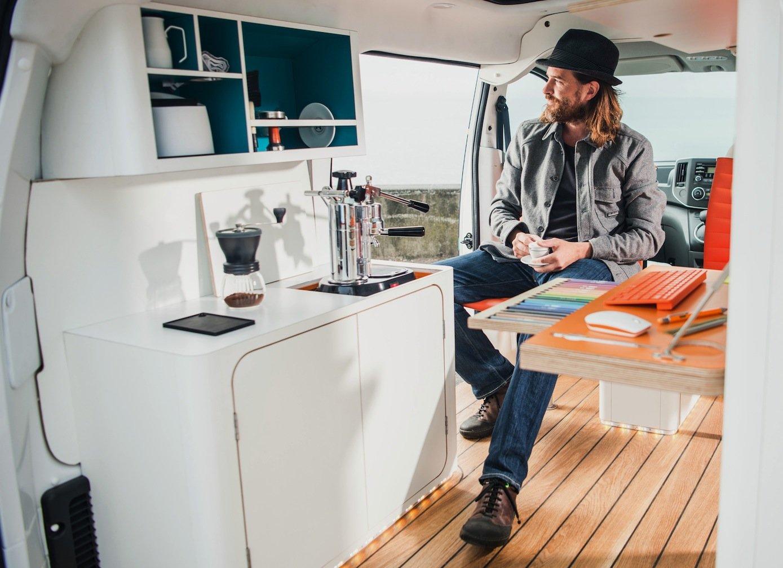 Der britische Designer William Hardie genießt den Ausblick in dem von ihm gestalteten Arbeitsplatz imNissane-NV200 Workspace. So eine kleine Küche gibt es in dem Elektro-Van, mit einer richtigen Kaffeemaschine.