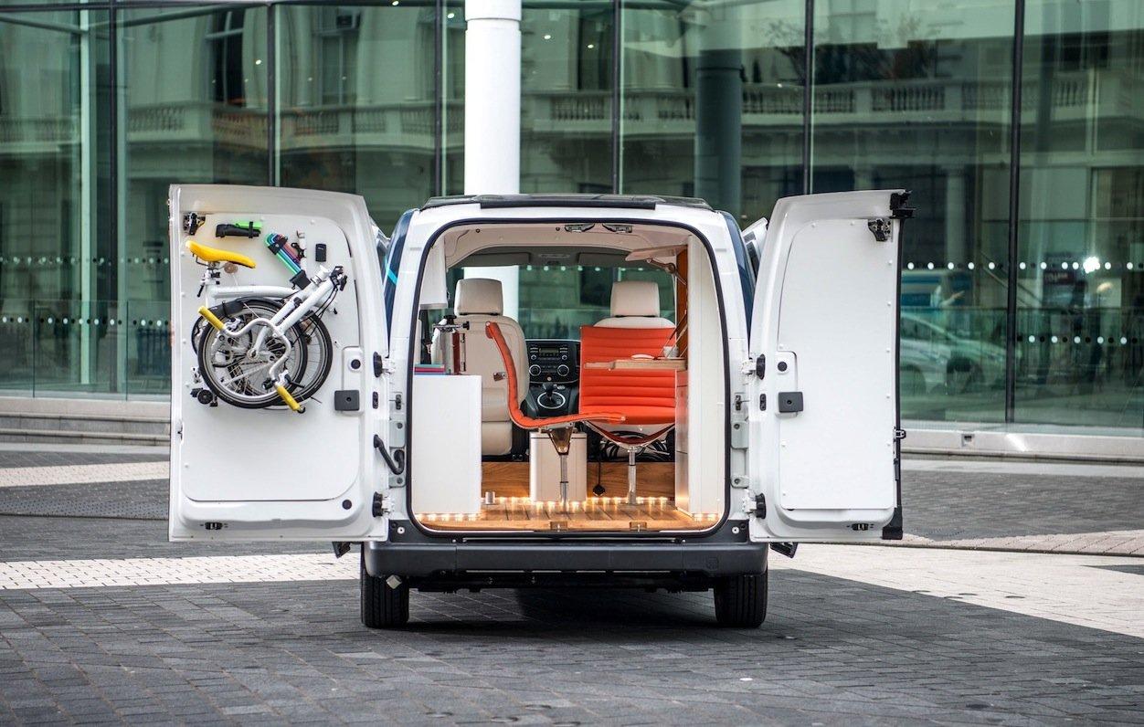 Optimal ausgenutzt, der Platz im Nissane-NV200 Workspace: Sogar ein Faltrad für kurze Tripps hängt an der Tür.