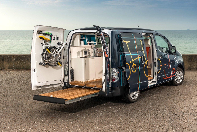 Mit dem Nissane-NV200 Workspace kann man arbeiten, wo man will: direkt beim Kunden oder mit Blick aufs Meer.