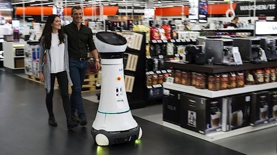 Nicht verzagen, Roboter Paul fragen: Diese Maschine zeigt Saturn-Kunden den Weg zum gewünschten Produkt.