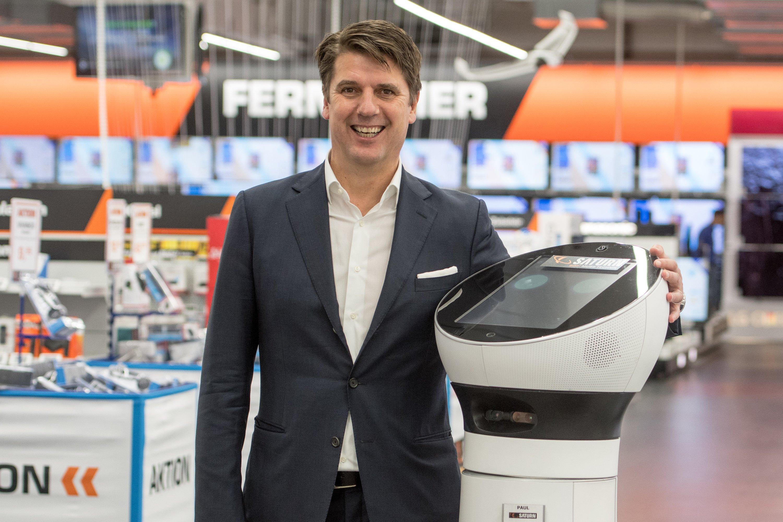 Media-Saturn Deutschland-ChefCarsten Strese hat sich am 8. November den neuen Mitarbeiter in Bayern mal ganz aus der Nähe angeschaut.