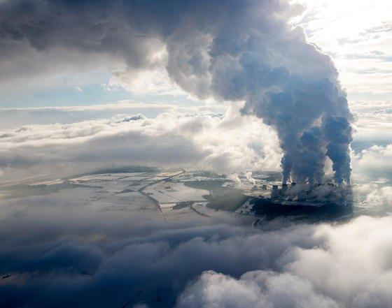 """Mächtige Wasserdampfsäulen des Braunkohlekraftwerkes in Janschwalde in der Lausitz: Forscher haben ein neues Verfahren entwickelt, bei dem Mikroben das Rauchgas von Kohlekraftwerken nutzen, um aus dem enthaltenen CO<custom name=""""sub"""">2</custom> einen Biokunststoff herzustellen."""