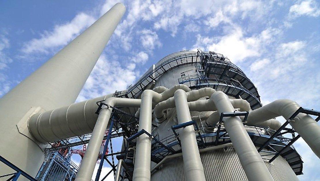 Rauchgasentschwefelungsanlage des EnBW-Steinkohlekraftwerks im Rheinhafen Karlsruhe: In dem Kraftwerk wird die neue Technik erprobt, mithilfe von Mikroben Biokunststoff aus dem im Rauchgas enthaltenen Kohlenstoff zu produzieren.