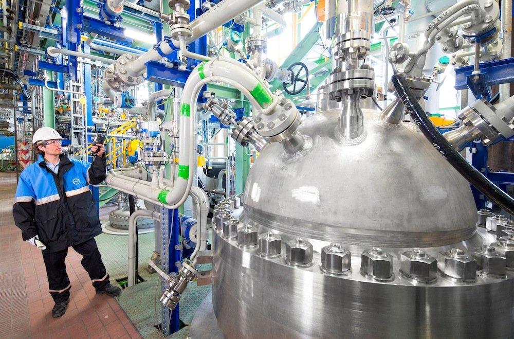 Covestro ist es gelungen, mit CO2 Kunststoff zu produzieren. Das reduziert die Abhängigkeit von Erdöl. Erste Matratzen und Polstermöbel kommen dieses Jahr auf den Markt.