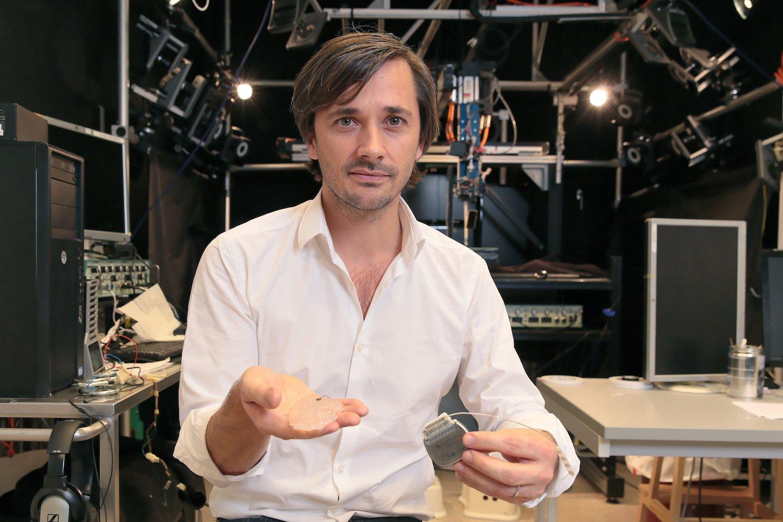 Grégoire Courtine präsentiert die Neuroprothese: Sie besteht aus einem Hirnimplantat (li.) und einem Taktgeber (r.).
