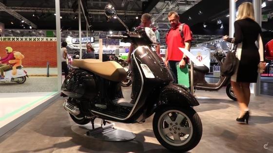 Eine Vespa auf der Mailänder MotorradmesseEicma: Piaggio hat angekündigt, im nächsten Jahr die erste Elektroversion der Vespa zu bringen.