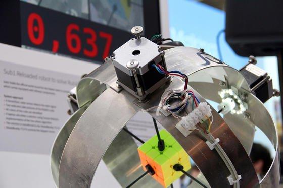 Ausgestattet mit einem Aurix-Mikrocontroller, einem der leistungsstärksten Minicomputer der Welt, hat Roboter Sub1 Reloaded den Rubik's Cube innerhalb von 637 Millisekunden gelöst – die beste Zeit seit Erfindung des Zauberwürfels vor 30 Jahren.