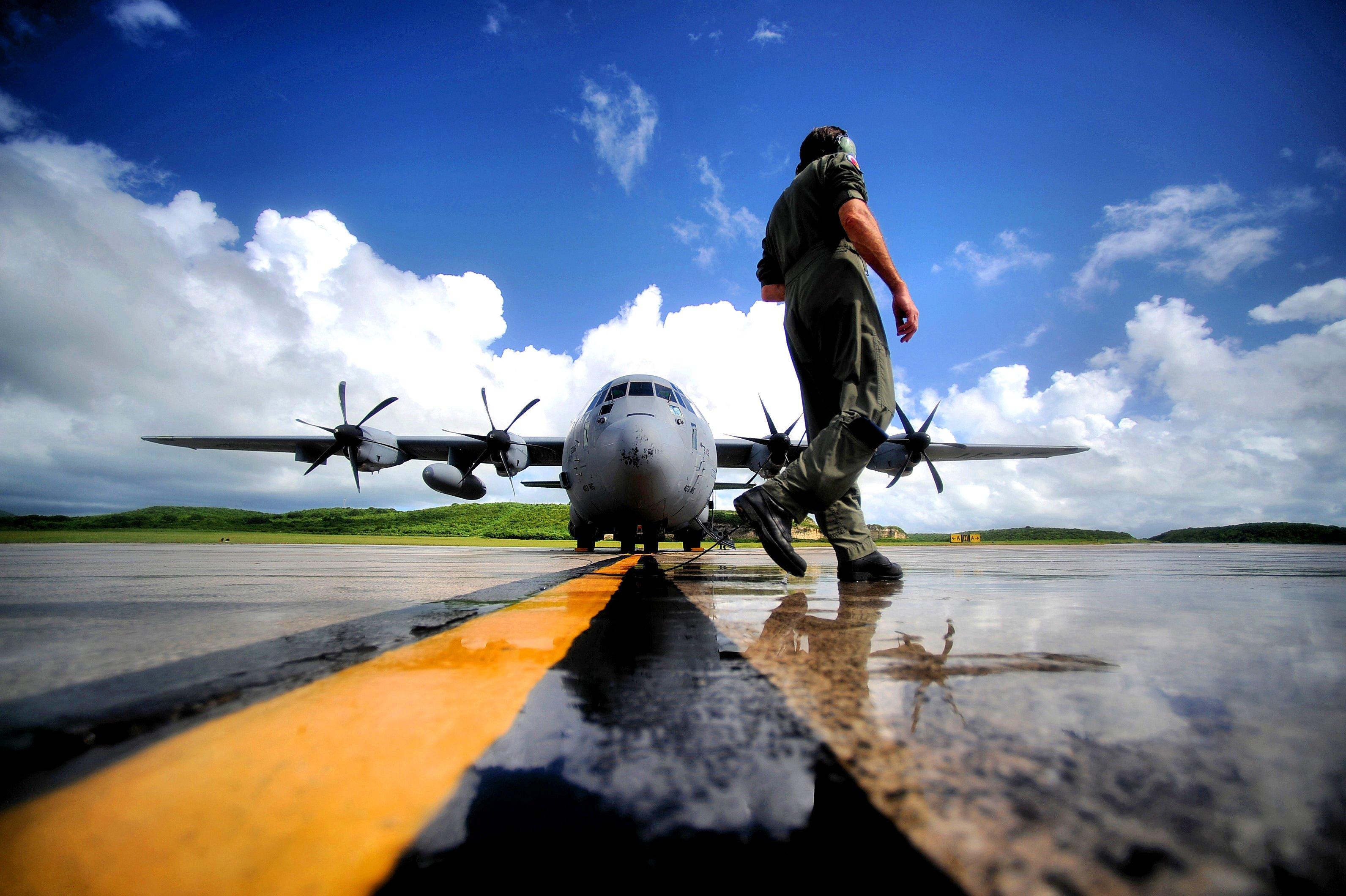 """Ein Pilot der amerikanischen Luftwaffe inspiziert einen sogenannten """"Hurrikan-Jäger"""". Mit solchen Flugzeugen haben Forscher die Meeresoberfläche während eines Sturmes überflogen und die reflektierten GPS-Signale ausgewertet."""