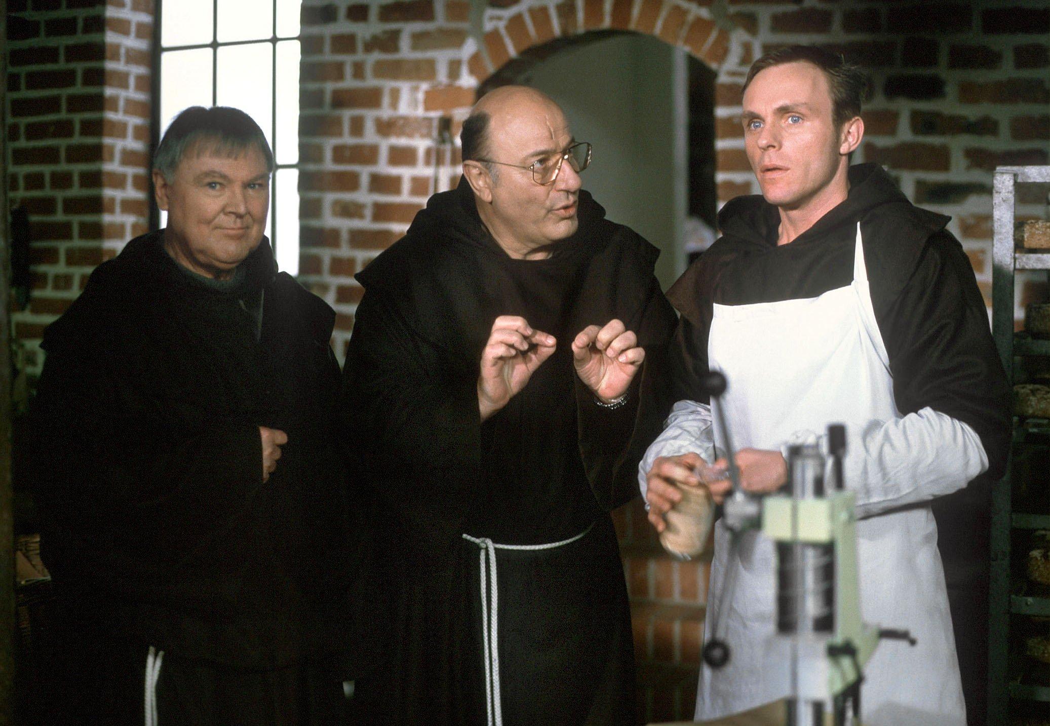 Manfred Krug als Kommissar, der undercover im Kloster ermittelt: Krugs Vater war Ingenieur, Sohn Manfred lernte zunächst Stahlschmelzer. Statt wie der Vater Ingenieur zu werden, entschied sich Krug dann doch für die Schauspielerei.