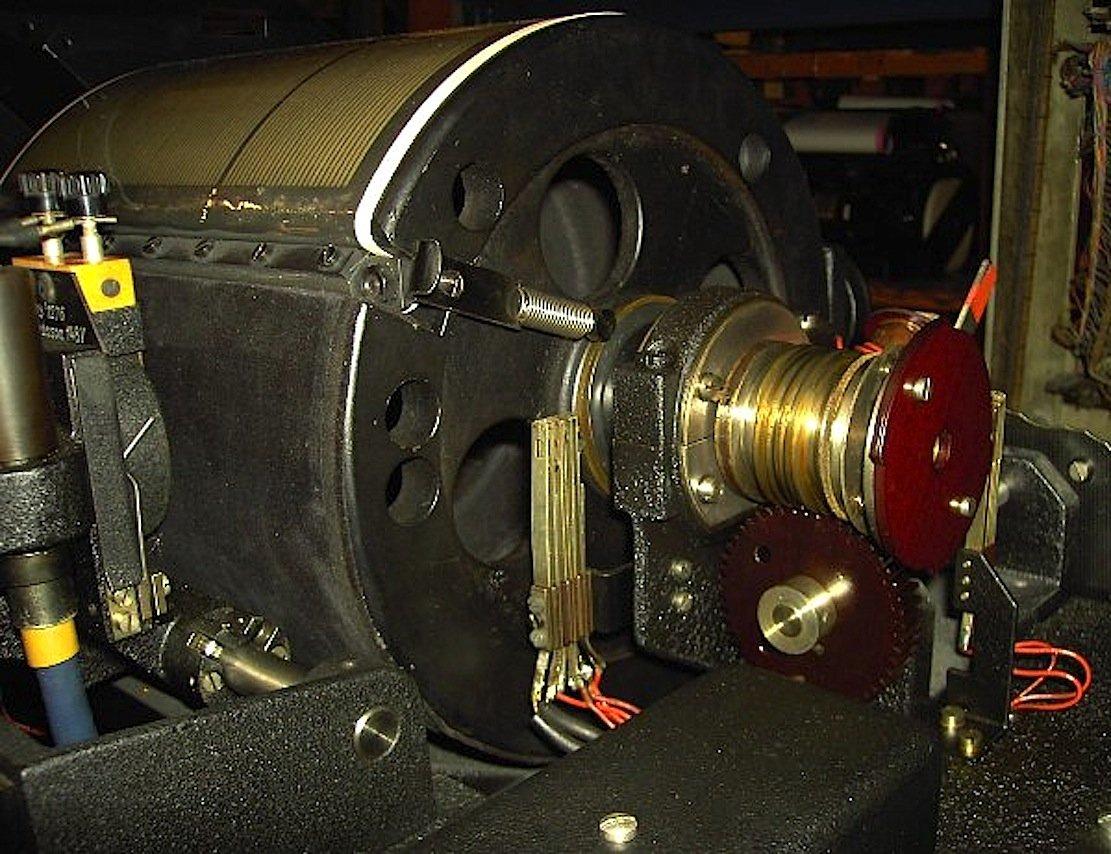 Die erste automatische Zeitansage lieferte die Eiserne Jungfrau ab dem Jahr 1935. Die 80 kg schwere Trommel speicherte im Lichttonverfahren Stunden und Minuten.