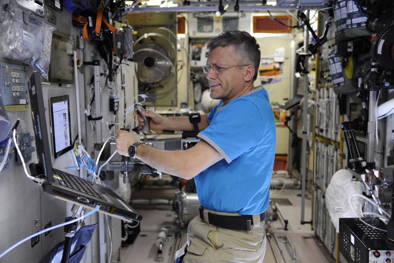 Andrei Borissenko testet den Kontur-2-Joystick des DLR-Instituts für Robotik und Mechantronik.