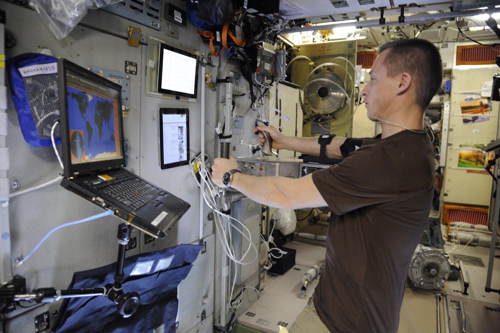 Kosmonaut Sergei Ryschikow kann dank Telepräsenz-Technologie robotische Systeme steuern, als wäre er selbst vor Ort.