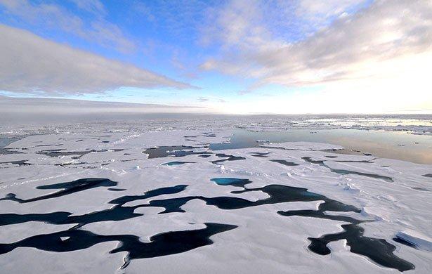Schon jetzt ist selbst nahe dem Nordpol offenes Wasser zu sehen. Und laut einer neuen Studie lässt jedeTonne Kohlendioxid, die in die Erdatmosphäre gelangt, in der Arktis drei Quadratmeter sommerliches Meereis schmelzen.