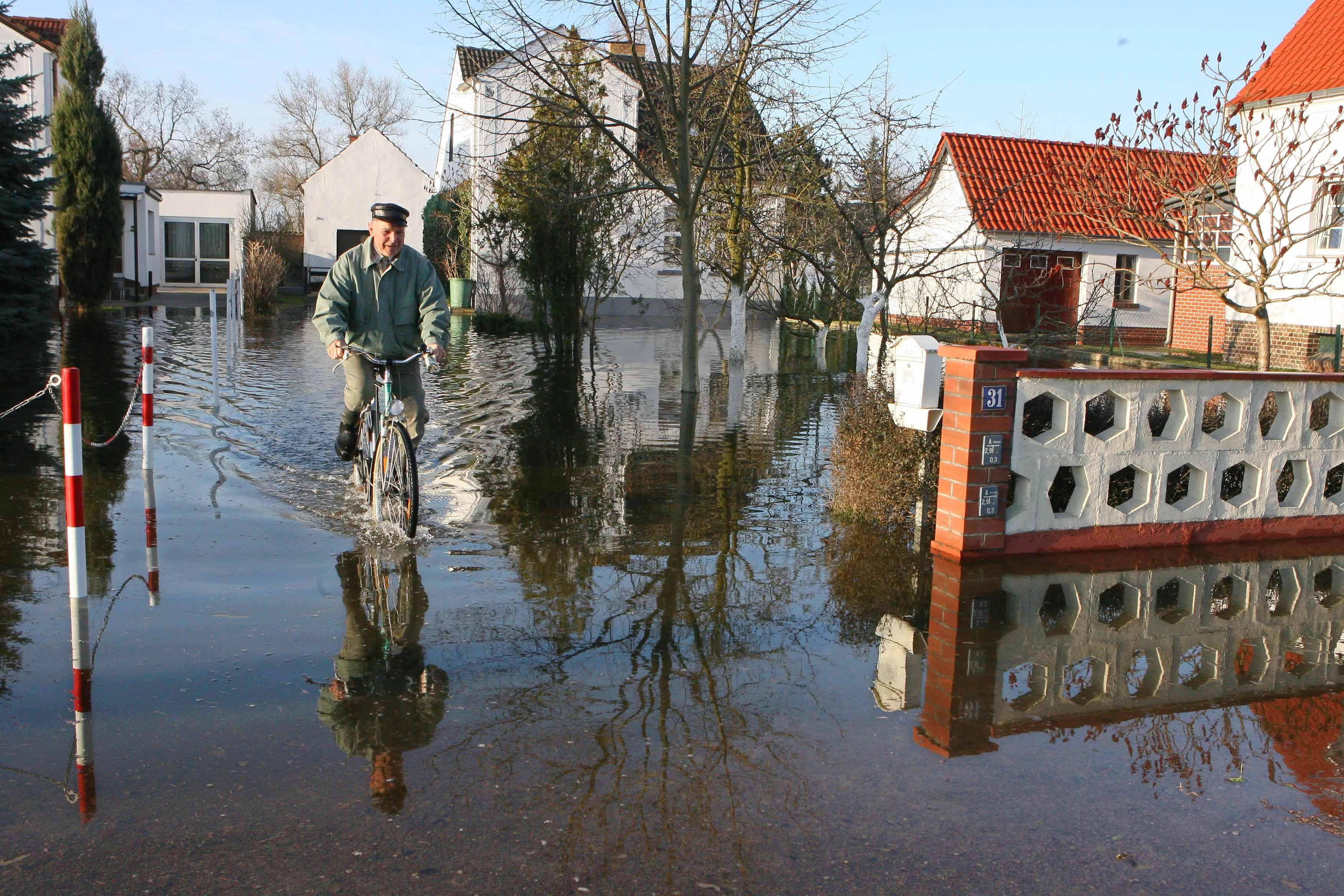 In England will das Wohnungsbauunternehmen Larkfleet Häuser bauen, die sich bei Hochwassergefahr komplett um 1,5 m anheben lassen – und wenn die Gefahr vorüber ist wieder absenken lassen.