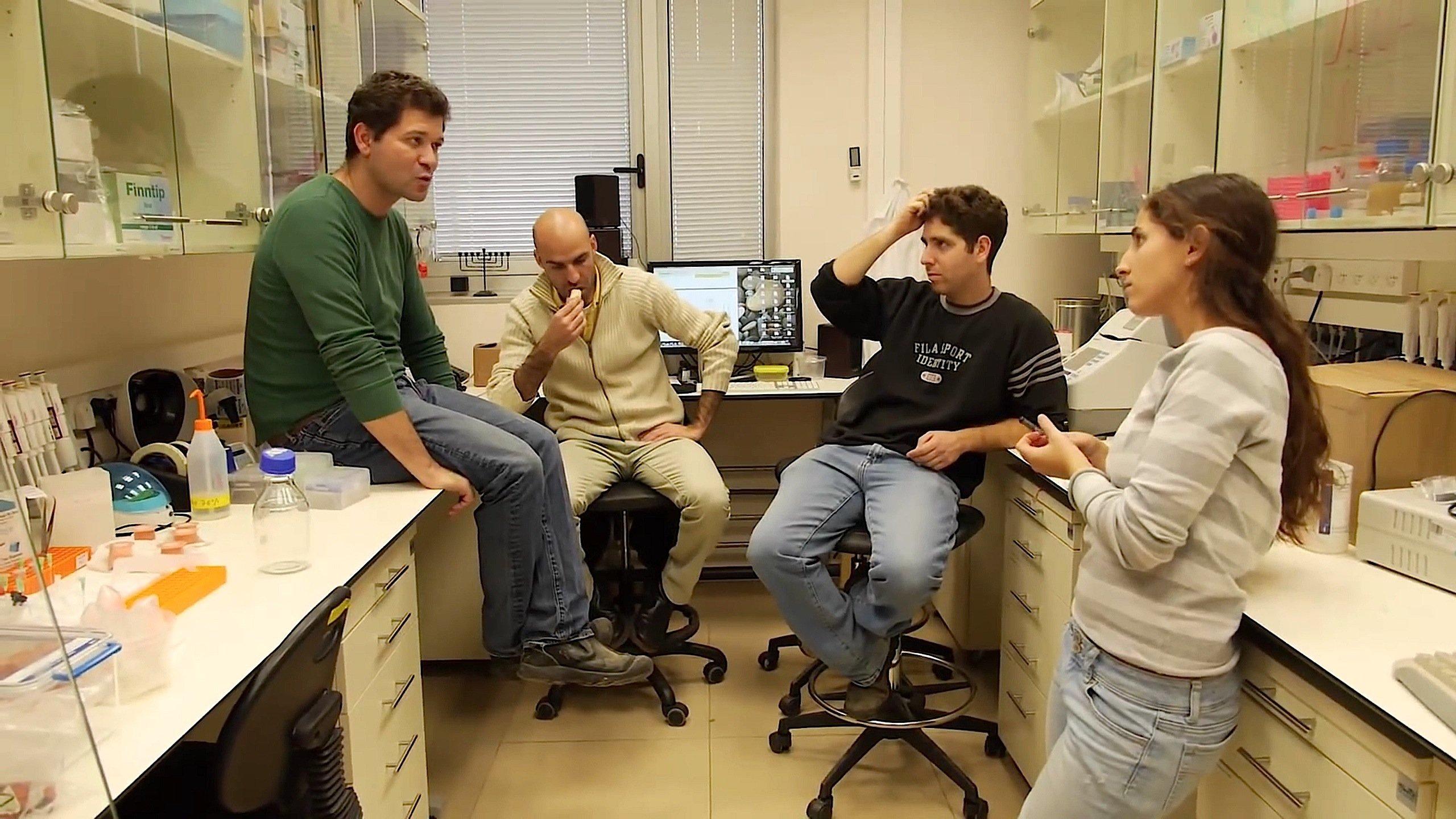 Das Forscherteam von Dr. Iftach Yacoby an der Universität Tel Aviv (l.) will das EnzymHydrogenase synthetisch herstellen, um die Wasserstoffproduktion weiter zu steigern.
