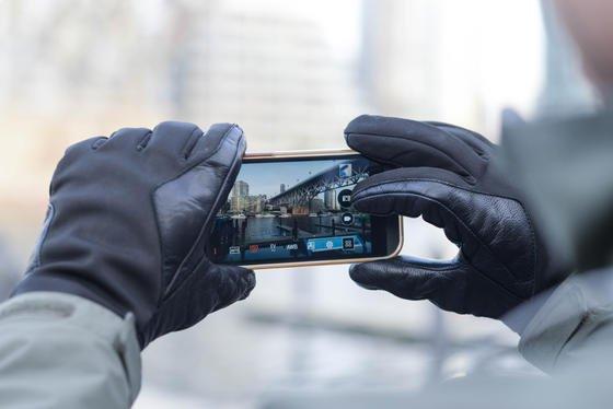 Dank kleiner Aufkleber, die auf die Kuppen der Handschuhe geklebt werden, lassen sich im Winter auch Smartphones bedienen.