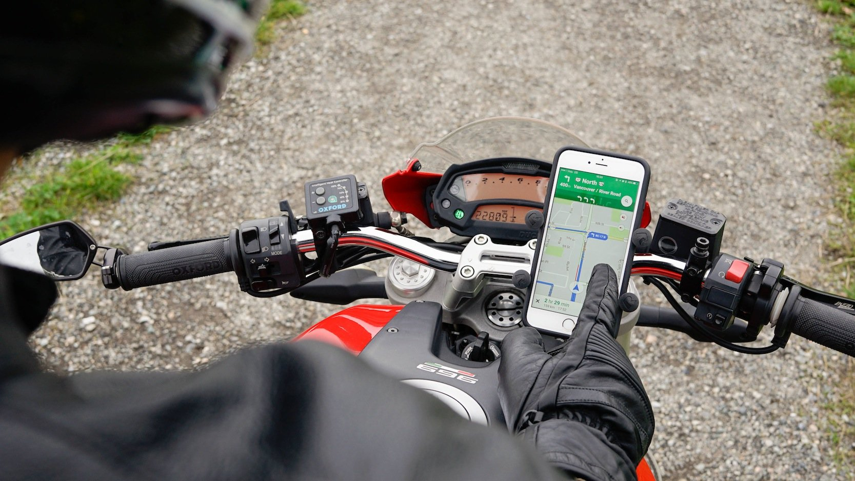 Selbst dicke Motorradhandschuhe sind kein Problem mehr, um den Navi im Smartphone zu bedienen, ohne die Handschuhe auszuziehen.