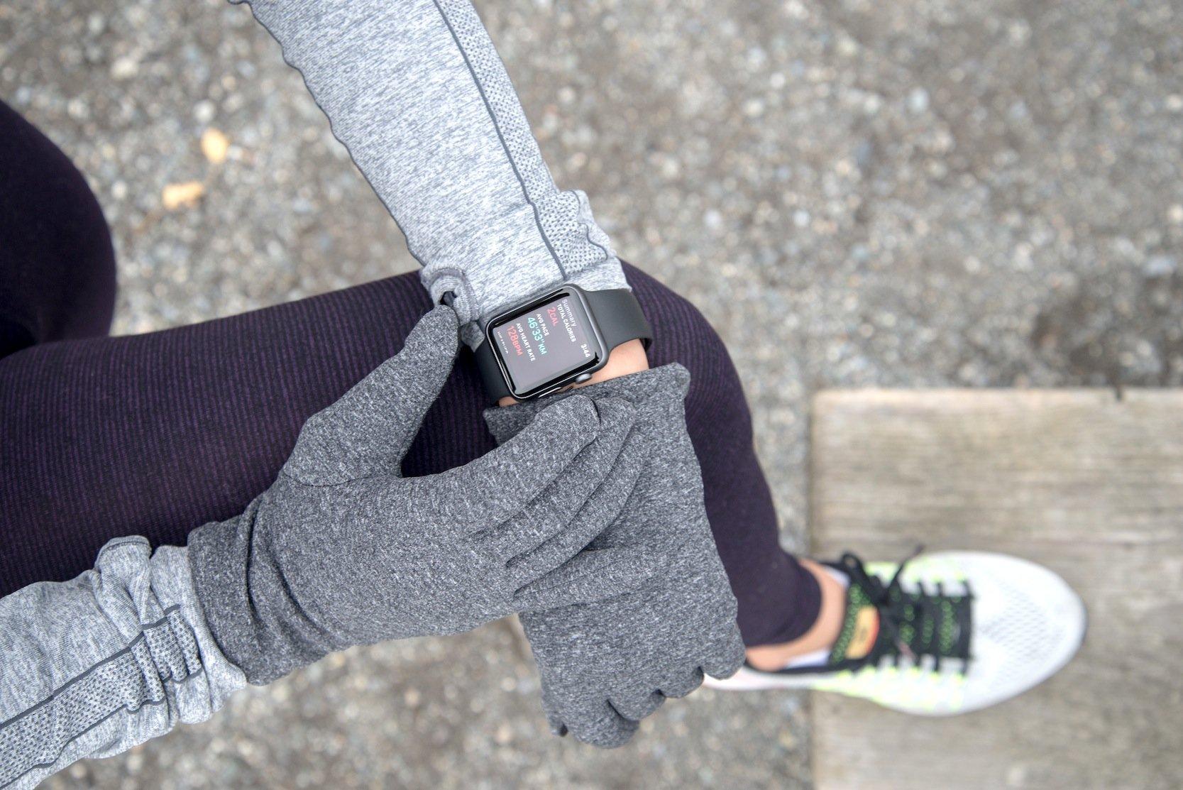 Alle mobilen Geräte lassen sich mit den auf dem Handschuh geklebten künstlichen Fingerabdruck entsperren.