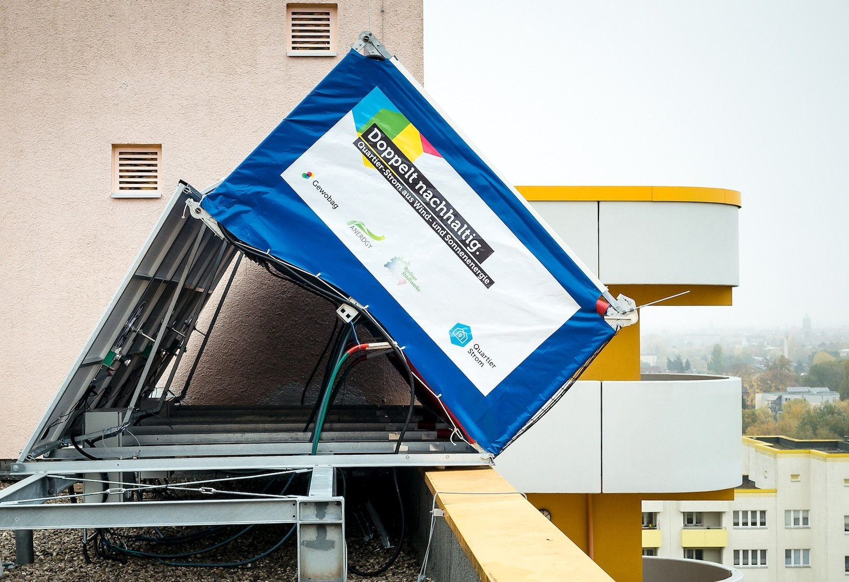 """""""Die online steuerbaren Kleinkraftwerke eignen sich hervorragend für Sanierungen und Neubauten hoher Gebäude mit Flachdach"""", sagt Sven Köhler, der CEO von Anerdgy. Die Schweizer Firma hat die Windrails entwickelt."""
