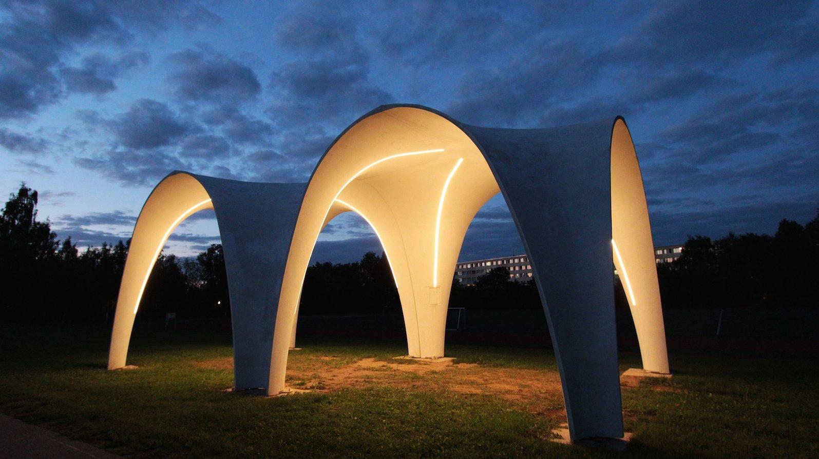 Auf dem Sportplatz der TU Chemnitz haben die Wissenschaftler Pavillons aus Karbonbeton als Referenzobjekte errichtet. Diese sind mit Sticksensoren ausgerüstet, über die sich die Beleuchtung steuern lässt.