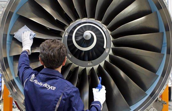 Triebwerk von Rolls-Royce? Die Pläne der russischen und chinesischen Flugzeugindustrie für den gemeinsamen Bau eines Großraumjets sind inzwischen weit fortgeschritten. Bei den Triebwerken wird über einen westlichen Lieferanten nachgedacht. Die chinesische United Aircraft (UAC)hat dazu bereits General Electric Aviation aus den Vereinigten Staaten und Rolls-Royce aus Großbritannien kontaktiert.
