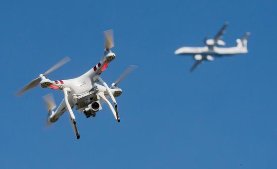 Private Drohnen gefährden immer wieder auch den Flugverkehr:Jetzt will die Deutsche Telekom über ihr Handynetz die rund 400.000 Drohnen, die in Deutschland fliegen, flächendeckend überwachen.