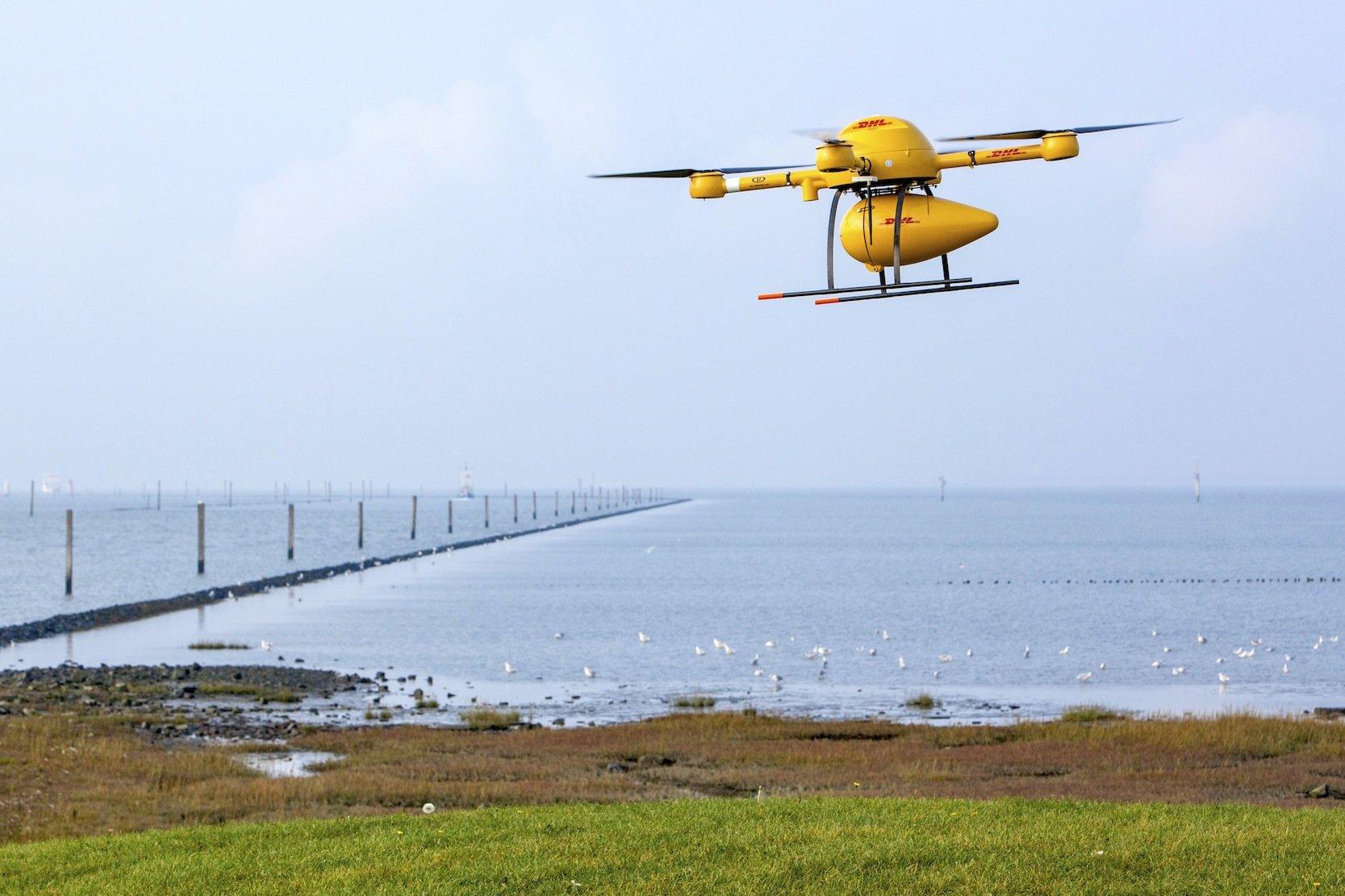Start eine Paket-Drohne der Deutschen Post DHL auf der Nordseeinsel Juist: Vor allem private Drohnen fliegen derzeit unkontrolliert.
