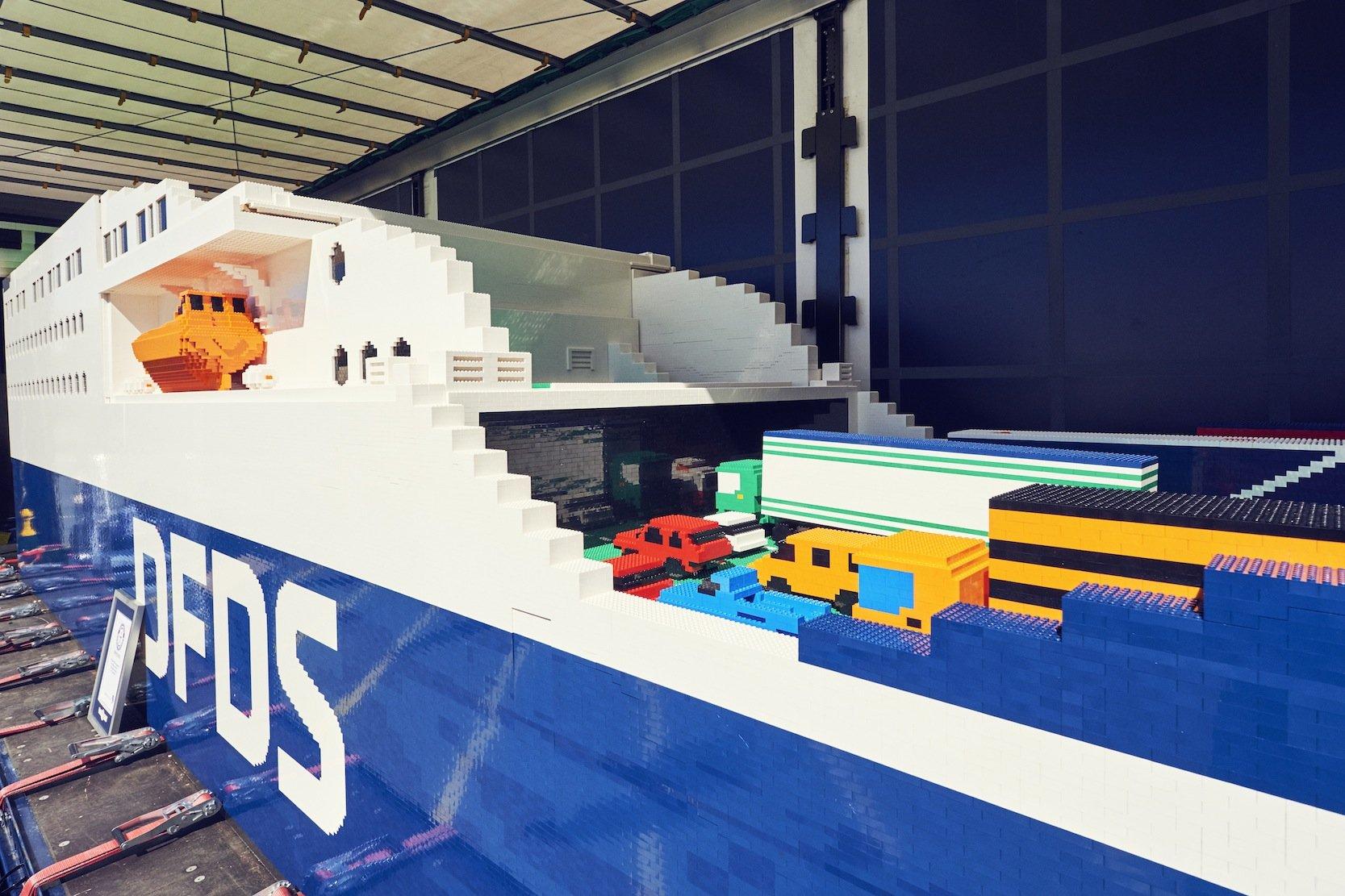 Mitarbeiter der dänischen Fähr-Reederei DFDS haben 900 Arbeitsstunden in den Bau des Lego-Schiffes investiert.