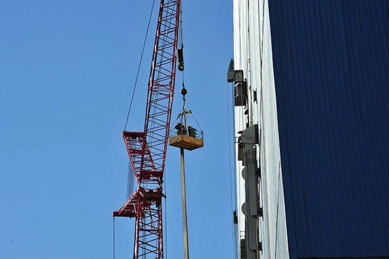 Die Schutzhülle hat eine Spannweite von 257 m und ist mit ihren 109 m so hoch, dass auch der Notre Dame darunter passen würde.