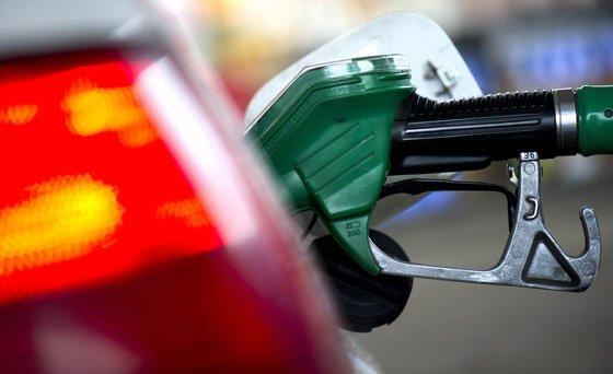 Auto beim Tanken: Die tatsächlichen Verbräuche von Neuwagen weichen immer stärker von den offiziellen Herstellerangaben ab. Laut einer neuen Studie liegen die realen Verbräuche 42 % über den Herstellerangaben.