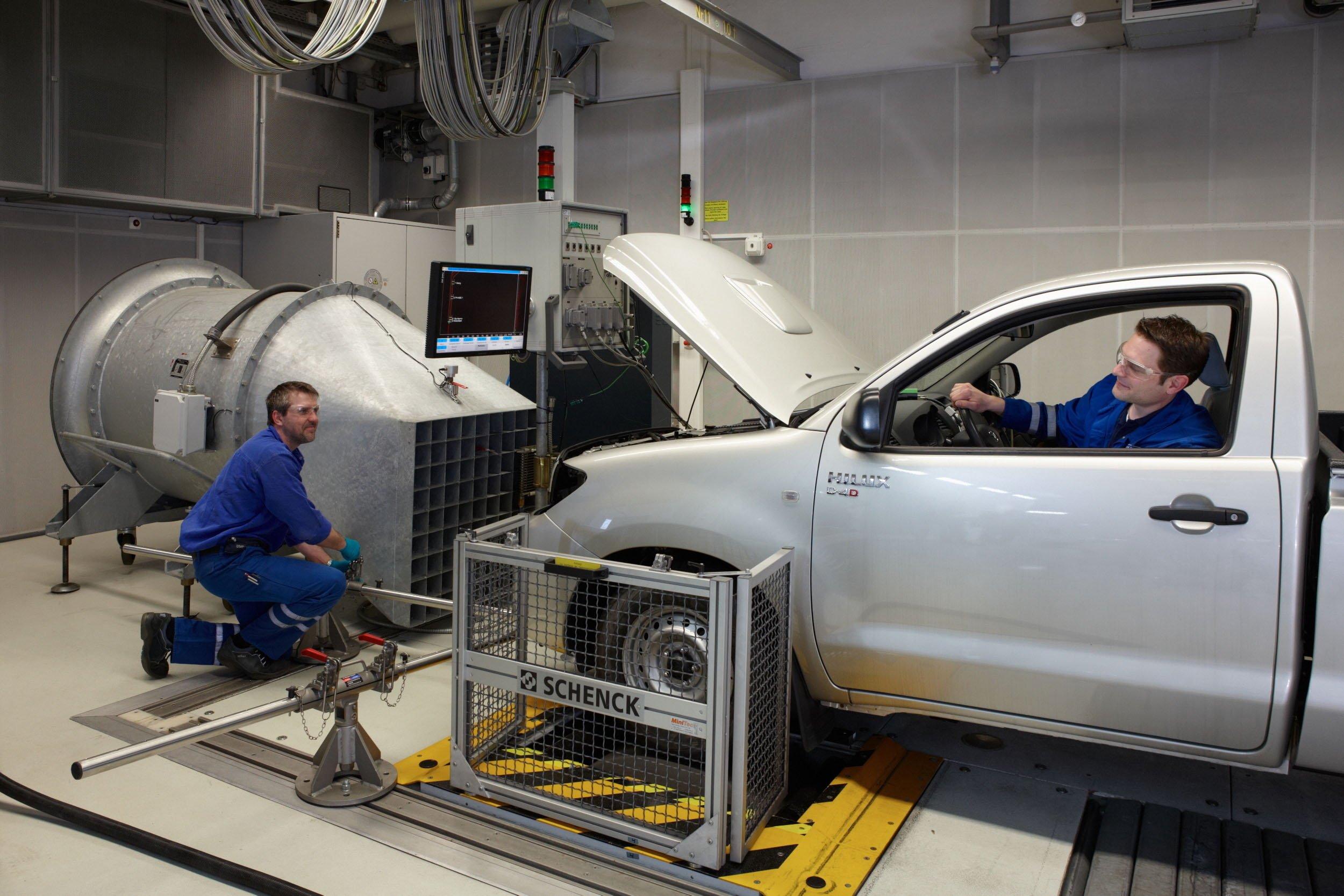 Auto auf einem Prüfstand der BP/Aral-Kraftstoffforschung: Die Hersteller schöpfen die Möglichkeiten auf Prüfständen immer besser aus, um den offiziellen Kraftstoffverbrauch nach unten zu drücken.