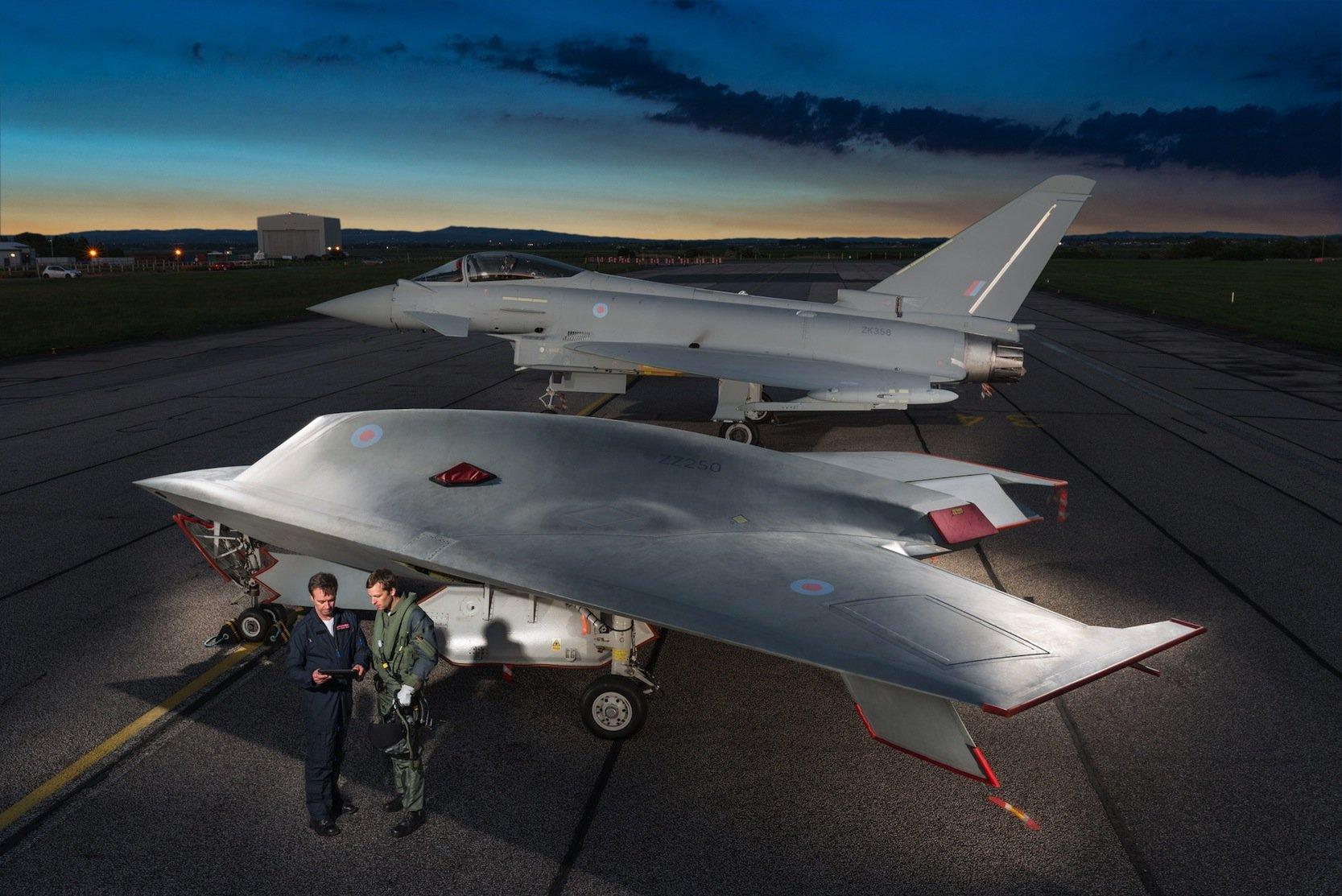 Die Kampfdrohne Taranis, hier im Vordergrund, hat im Sommer erstmals Überschallgeschwindigkeit erreicht. Die Drohne verfügt über ein Radarabwehrsystem und ist fast unsichtbar für die feindliche Aufklärung.