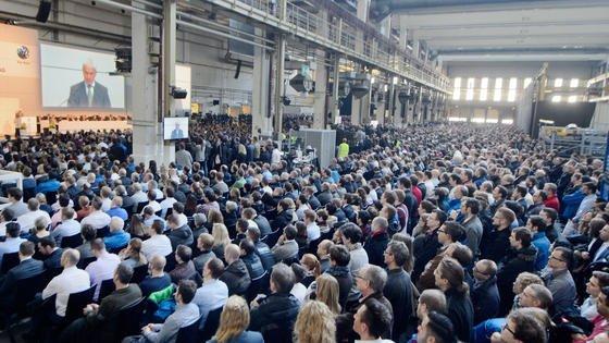 Betriebsversammlung mit VW-Vorstandschef Matthias Müller im März 2016 in Wolfsburg: Damals war von Stellenabbau noch keine Rede. Jetzt hat VW mitgeteilt, das weltweit 30.000 Stellen abgebaut werden, davon 23.000 in deutschen Werken.