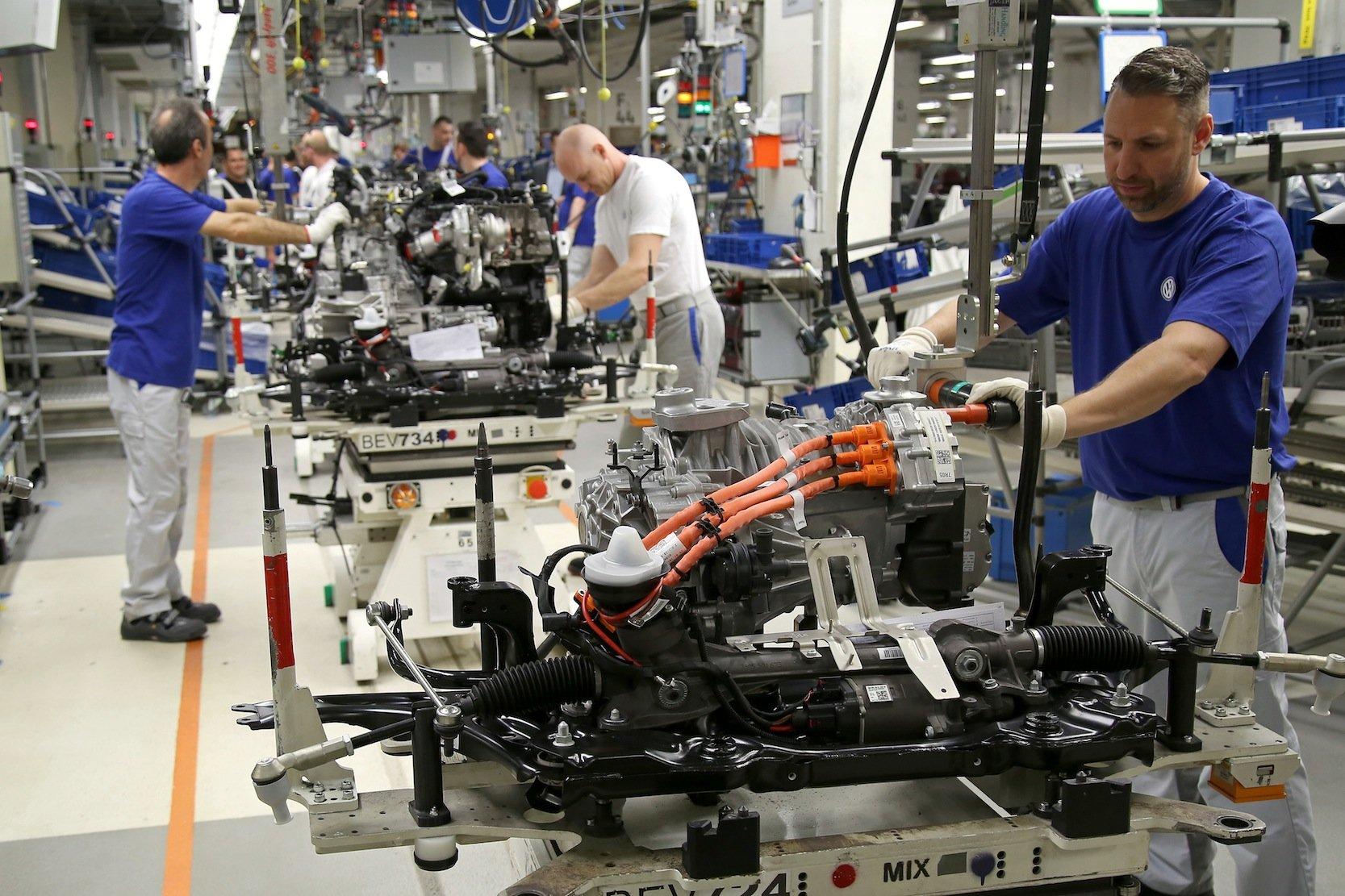 Montage des Antriebssatzes für den e-Golf in Wolfsburg: Neben der Manufaktur in Dresden sollen künftig auch in Wolfsburg und Zwickau Elektroautos gebaut werden. Im Bereich Elektromobilität und Digitalisierung will VW 9.000 neue Arbeitsplätze schaffen.