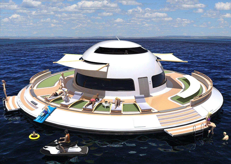 Sonnendeck des UFO 2.0: Hier nehmen die Passagiere bei schönem Wetter ein Sonnenbad oder fahren eine Runde Jetski.