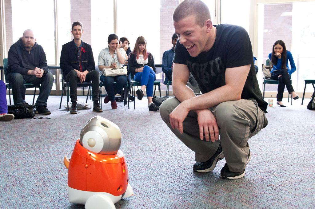 Gespräch in großer Runde: Der sprechende Roboter Milda scheint sogar Humor zu haben.