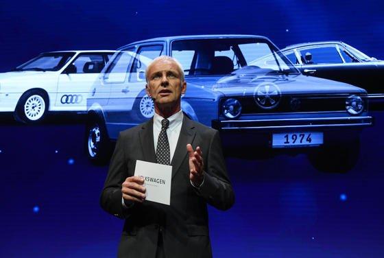 VW-Konzernchef Matthias Müller hat zum Rund-um-Schlag ausgeholt. Die Kunden in Europa hätten im Gegensatz zu den US-Kunden einfach keine Entschädigung verdient. Und außerdem hätten die deutschen Kunden eine Doppelmoral und würden viel zu wenige der schönen Elektroautos von VW kaufen.