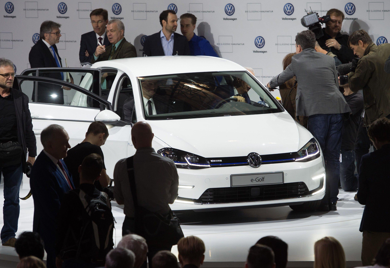 Vorstellung des neuen E-Golf in der Gläsernen Manufaktur: Auch die zweite Generation des E-Golf kommt nach Schätzung der Kollegen von auto motor und sport auf eine reale Reichweite im Verkehr von etwa 200 km. Das Auto hat aber einen Einstiegspreis von 35.000 Euro. Könnte das ein Grund für das zögernde Kaufverhalten der Kunden sein? Für VW-Chef Müller nicht. Der schimpft auf seine Kunden.