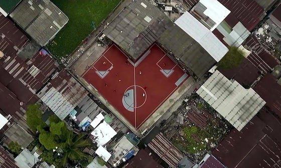 Fußballplätze müssen nicht immer rechteckig sein: In einem Armenviertel in Bangkok hat eine Baufirma Freiflächen in Bolzplätze umgewandelt. Und die sind so, wie die Freiflächen erlauben. Mal gehen sie um die Ecke, mal wie ein Trapez.