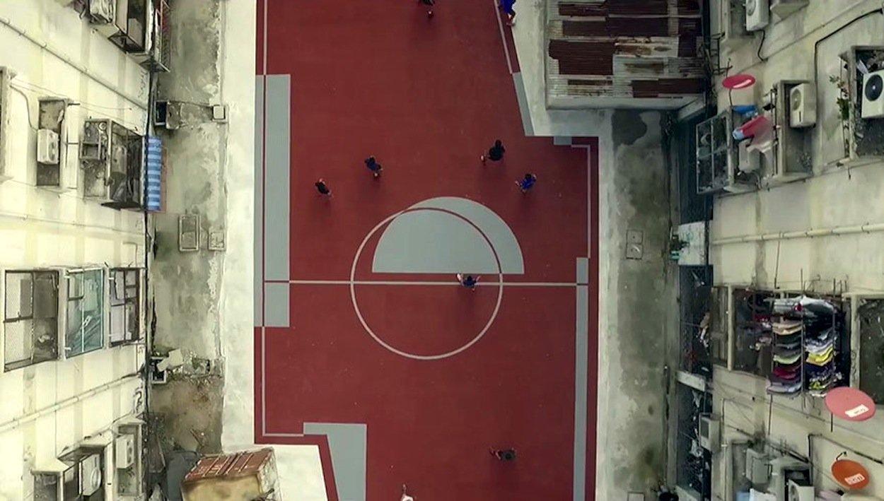 Und wenn ein Schuppen im Weg steht, verläuft der Fußballplatz eben drumherum.