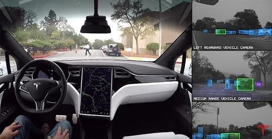 """Tesla lädt zu einer autonomen virtuellen Testfahrt ein. Und lässt den Zuschauer die Fahrt auch mit den """"Augen"""" des Bordcomputers erleben."""