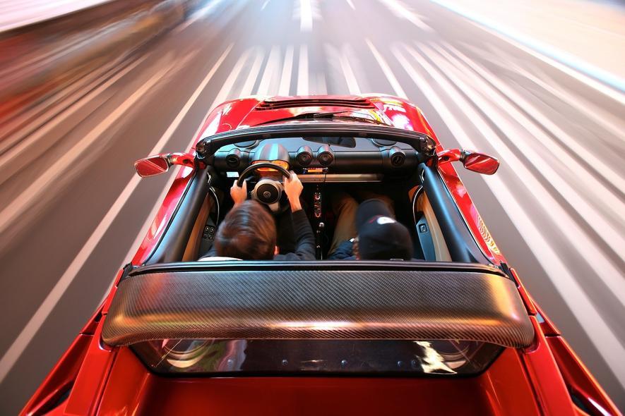Tesla treibt das autonome Fahren voran. Und möchte, dass die Fahrer bald schon die Hände tatsächlich in den Schoß legen können.
