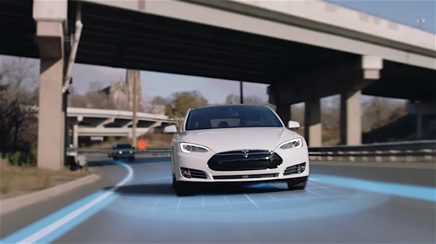 Der Tesla S verfügt bislang über einen Autopilot, der automatisch die Spur wechselt. Dabei handelt es sich aber lediglich um ein Assistenzsystem, bei dem der Fahrer noch verpflichtet ist, die Hände am Lenkrad zu halten.