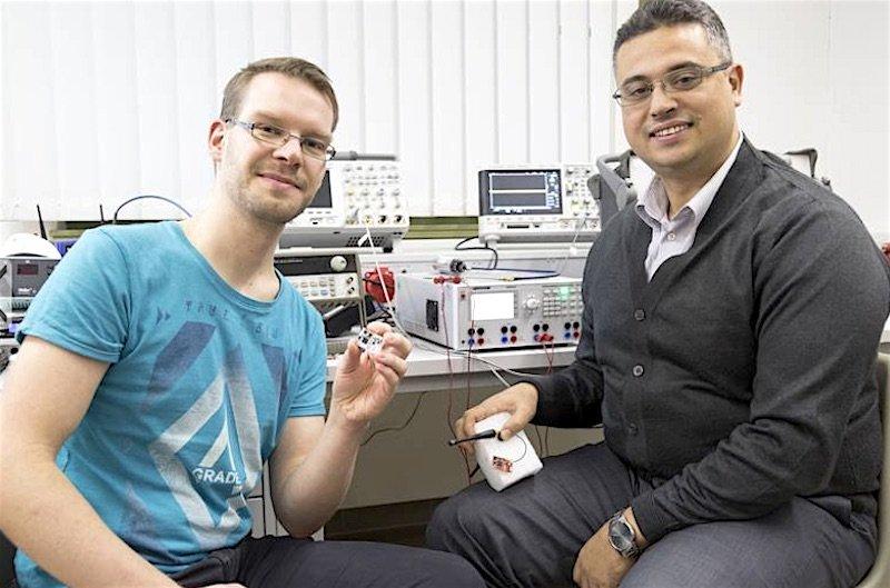 Prof. Faouzi Derbel (r.) und Mitarbeiter Florian Strakosch von der HTWK Leipzig wollen mit drahtlosen Sensoren die Ausfallsicherheit und Kosten von Weichenheizungen verbessern.